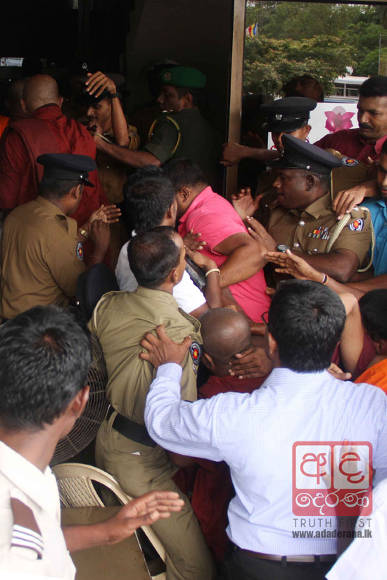 VIDEO: Dispute over last rites of Indrarathana Thera