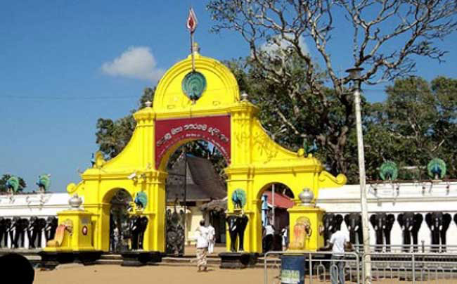Religious rites delayed at Kataragama over dispute among Kapumahaththayas