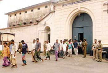 Five prisoners escaped Welikada prison; four weapons still missing