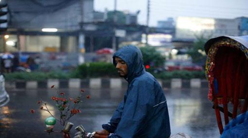 Cyclone Mora hits Bangladesh with heavy wind and rain