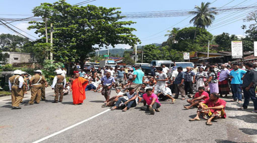 Residents of Mawanella block Kandy-Colombo main road due to negligence of govt officials