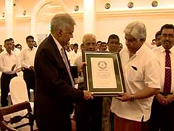 Certificate for largest Christmas tree Guinness world record presented to PM (English)