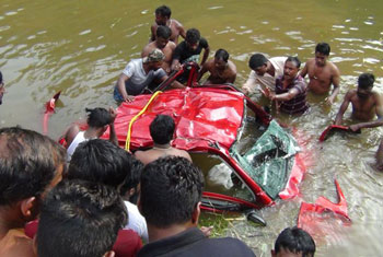 Car plunges into Agra Oya...