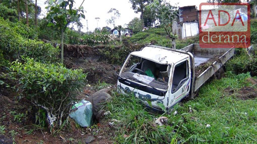 Three injured after lorry topples in Talawakele