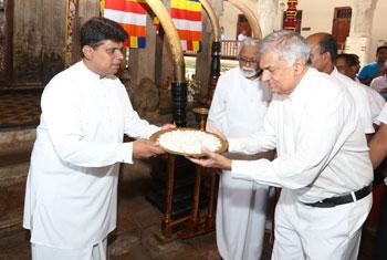 PM visits Dalada Maligawa...