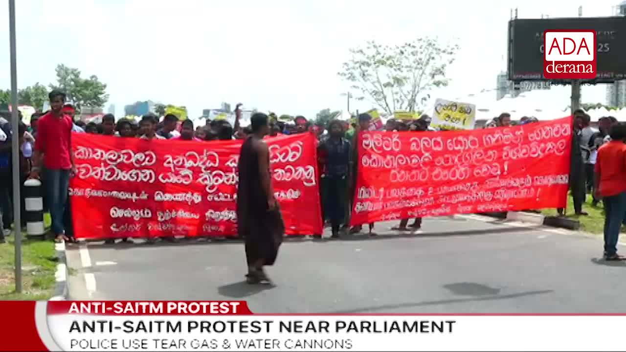 Police fire tear gas to students protesting near Parliament (English)