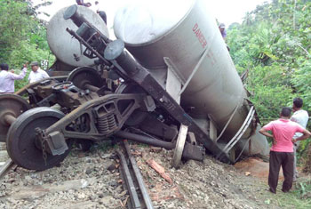 Train derails in Peradeniya...