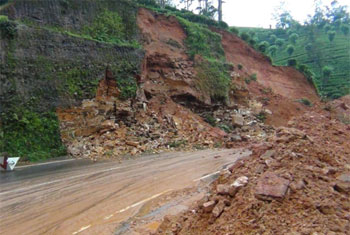 Earth-slip on Hatton-Colombo road...
