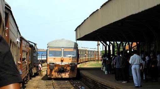 Train from Batticaloa to Fort derails at Mahawa