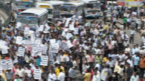 Protesting uni. students block Nawala Road