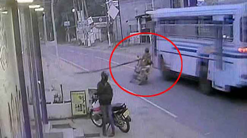 CCTV: Motorcyclist carrying bamboo pole run-over by bus