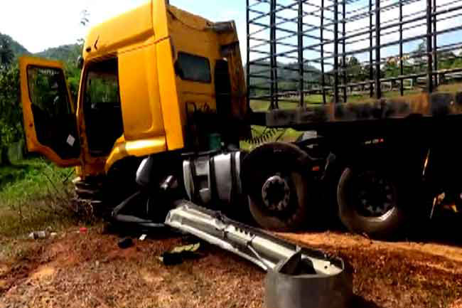 Container carrying 1200 gas cylinders veers off expressway