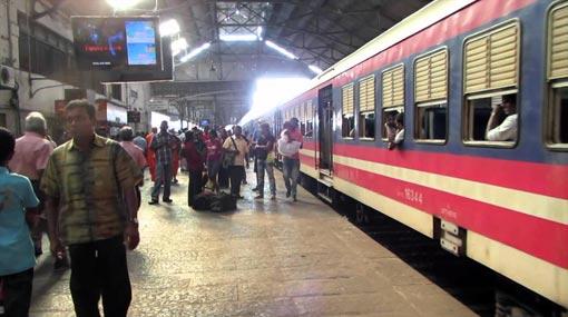 Train derailments in Fort and Polgahawela cause delays