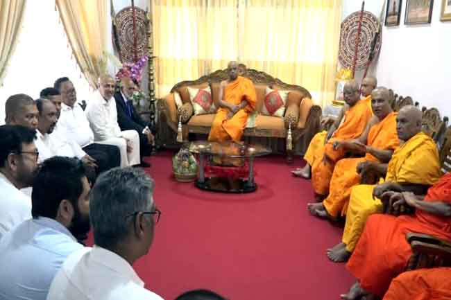 Resigned Muslim Ministers call on Asgiri-Malwathu Chief Prelates