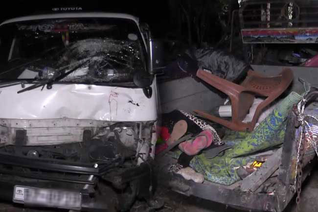Five killed in van-tractor collision at Welikanda