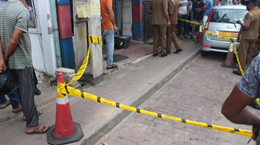 Robber stabs shop owner to death in Dehiwala