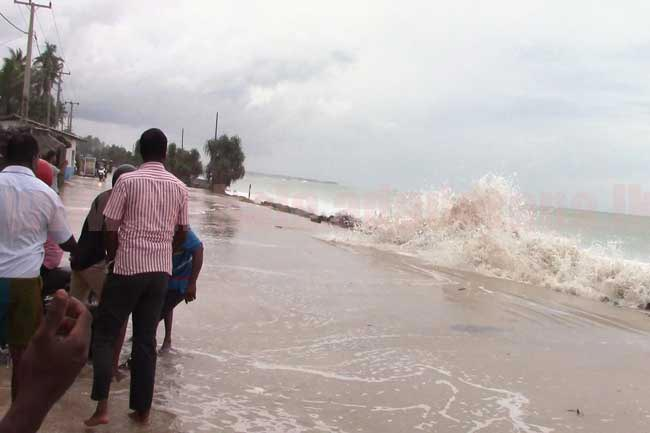 Several areas of Galle Road swamped in by ocean waves