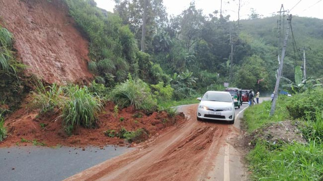 Traffic restricted to one lane on Hatton-Bogawantalawa road