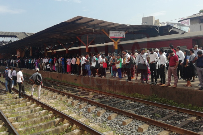 Technical glitch in train causes delays at Ragama station