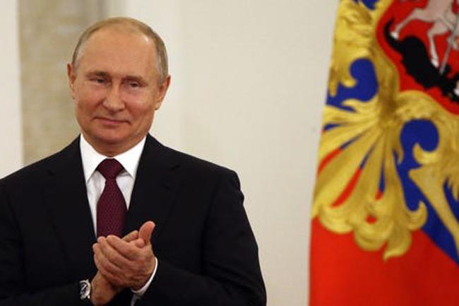 """Russia announces """"world's first"""" coronavirus vaccine; Putin's daughter vaccinated"""
