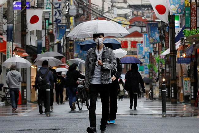 Japan expands state of emergency as COVID-19 cases surge